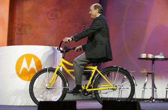 Bicicleta que carga la bateria de un celular